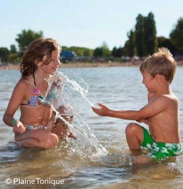 Jeu d'enfants à la base de loisirs La Plaine Tonique à Montrevel-en-Bresse