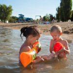 Enfant jouant dans l'eau à la Plaine Tonique