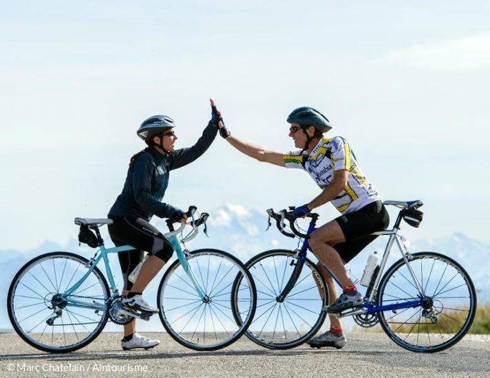 Cyclistes au sommet du Grand Colombier