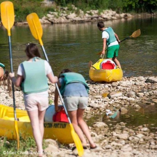 personnes faisant du canoë