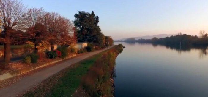 Chemin de halage, bord de Saone, en automne dans l'Ain