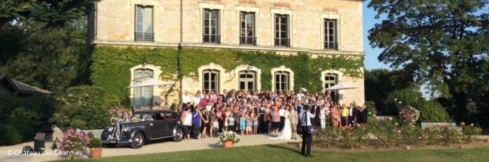 Mariés devant le Chateau des charmes à Guereins