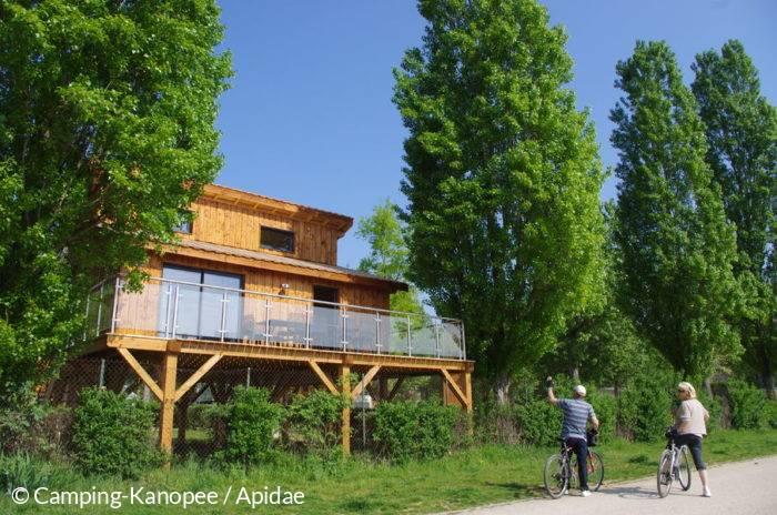 Velo sur les chemins de halage, près du camping Kanopee Village à Trevoux